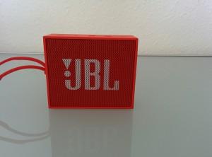 JBL Go in der Frontansicht.: Nicht im Lieferumfang: die  Halteschnur an der linken Seite.