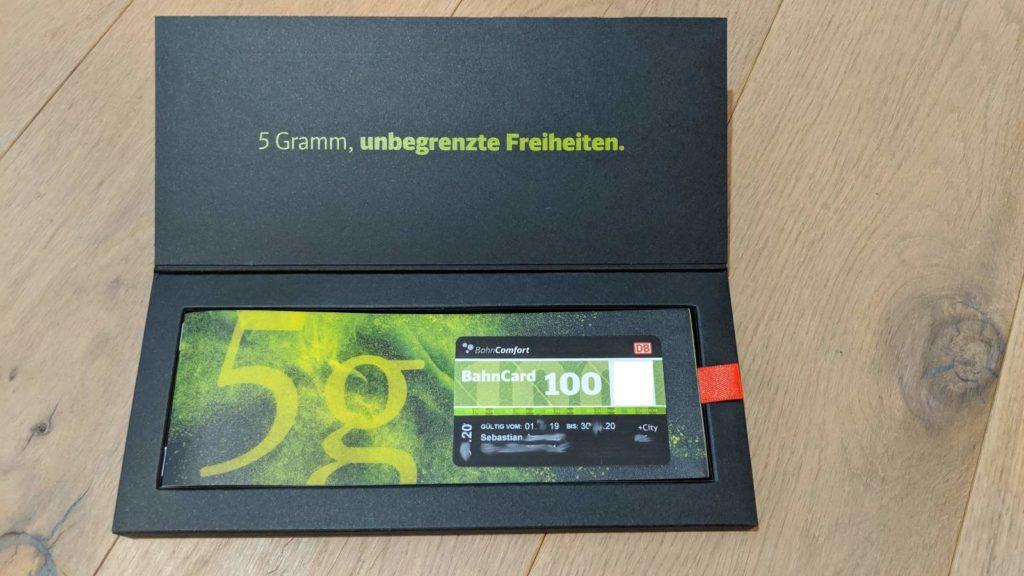 Die Bahncard 100 unter der Beschreibungsbroschüre